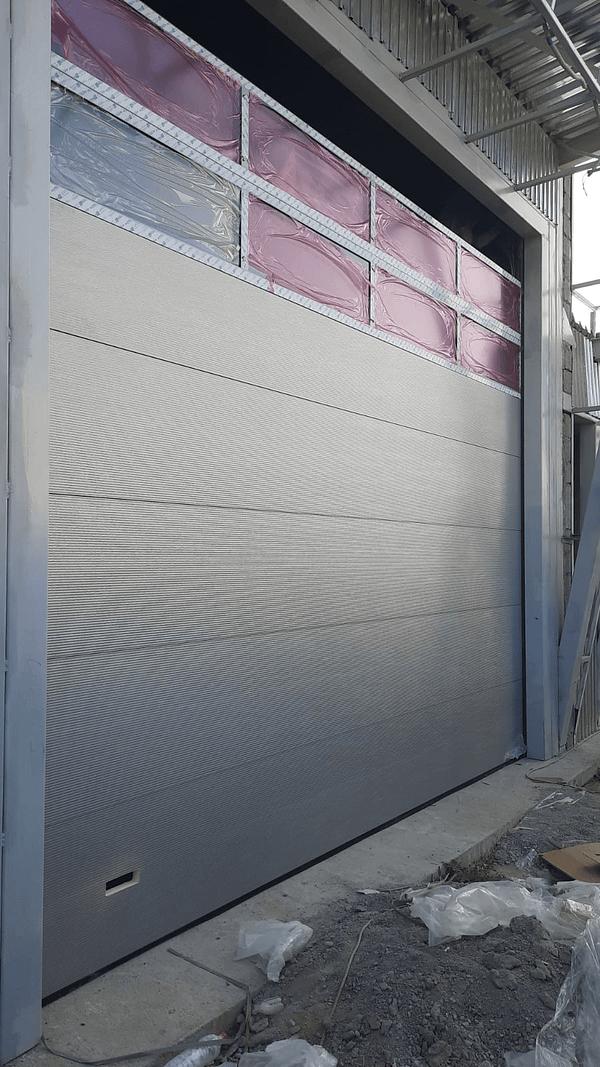 Секционные ворота с панорамным остеклением 2
